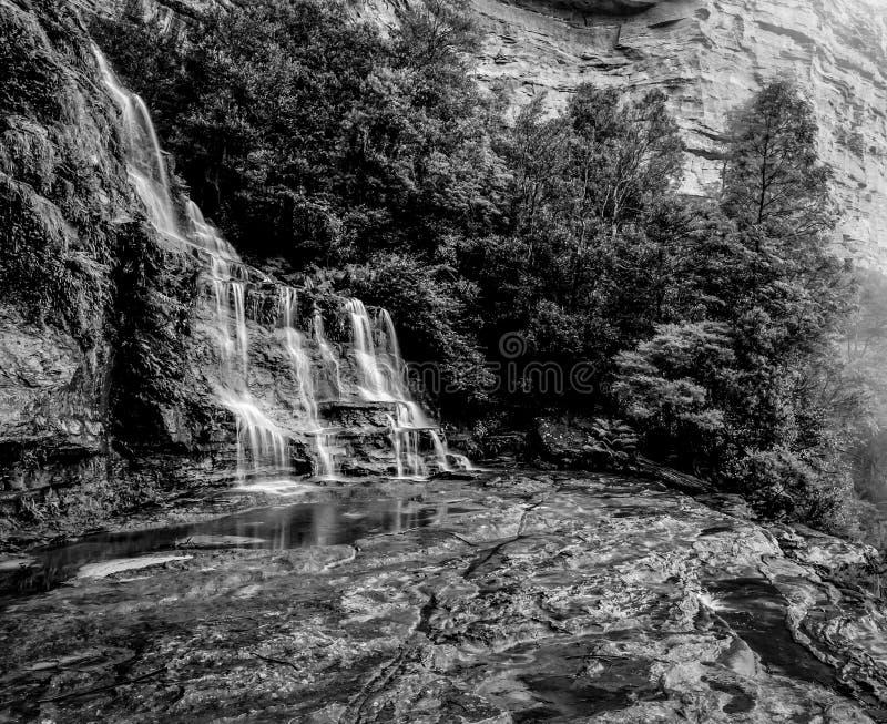 Monocromo azul del día del paisaje de la cascada del parque nacional de Katoomba de las montañas de la atmósfera lluviosa brumosa fotos de archivo