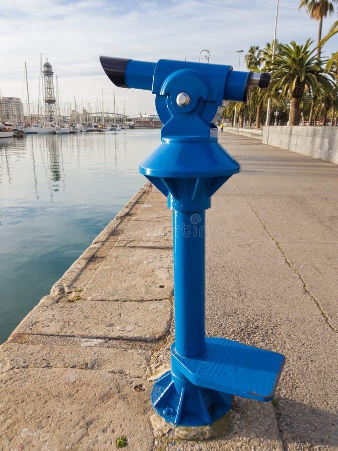 Monoculaire de touristes bleu pour visiter le pays sur la promenade de Barce images stock