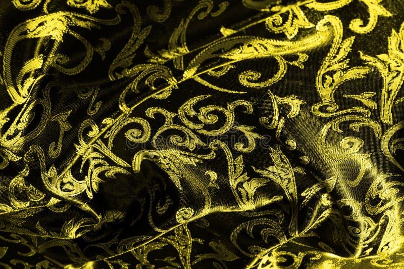 monograma real del paño de seda El amarillo es oscuro Esto es una seda negra imagen de archivo