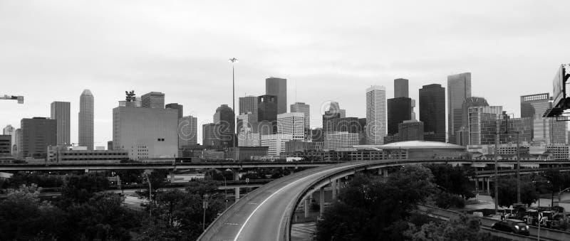 Monokrom himmel över i stadens centrum Houston Texas City Skyline Highway arkivbild