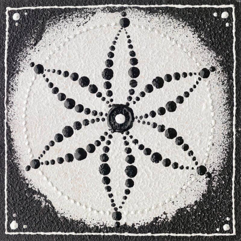 Monokrom kärnar ur av livsymbol royaltyfria foton