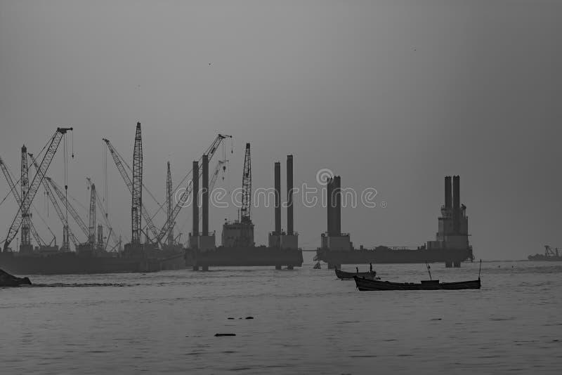 Monokrom sikt av en fungerande port/hamn fotografering för bildbyråer