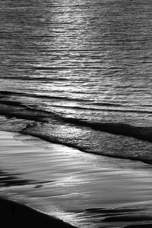 Monokrom soluppgång över Atlantic Ocean arkivbild