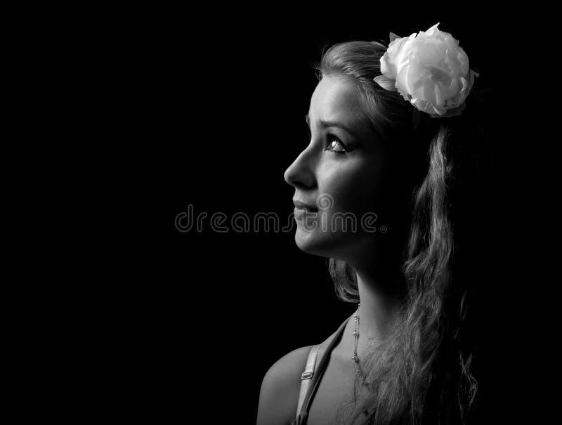 Monokrom stående av den härliga flickan royaltyfria bilder