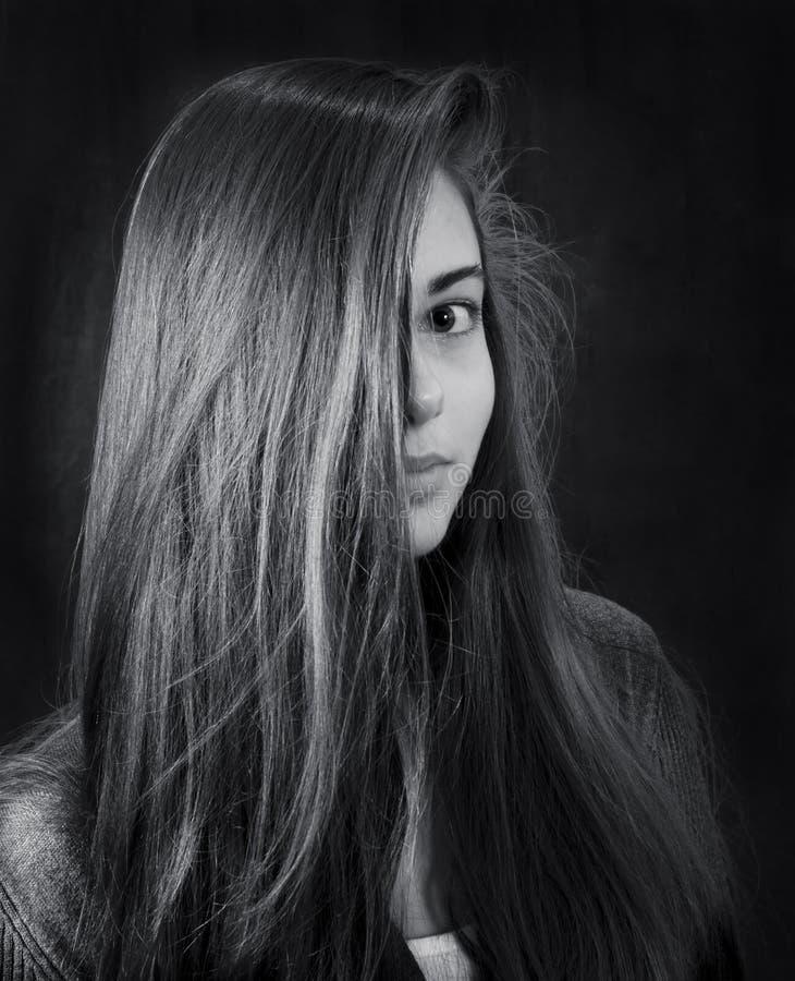 Monokrom stående av den unga härliga flickan arkivbild