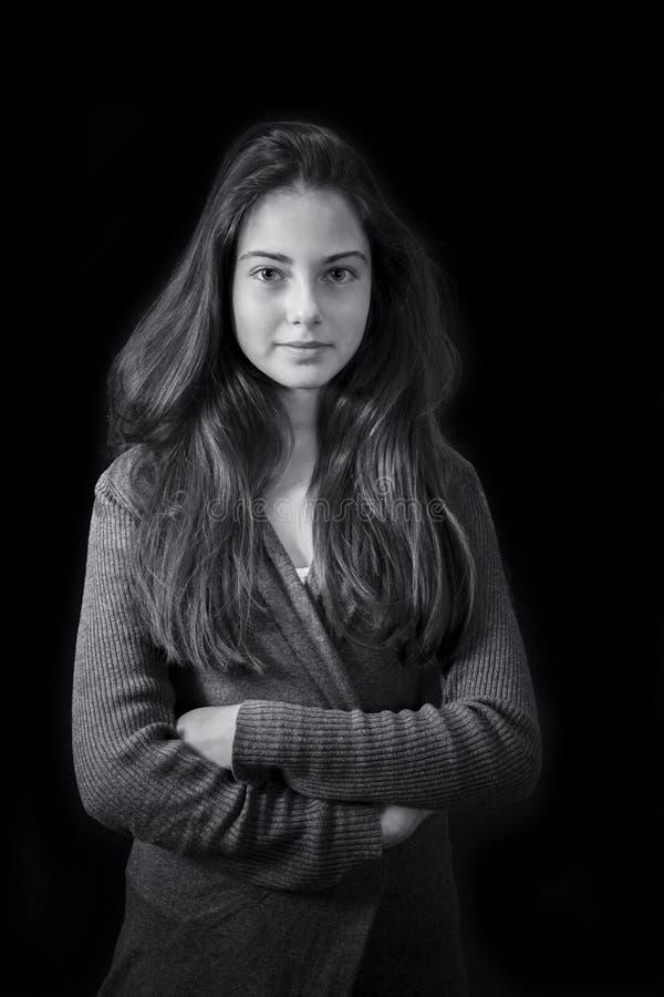 Monokrom stående av det unga härliga flickaanseendet royaltyfri bild