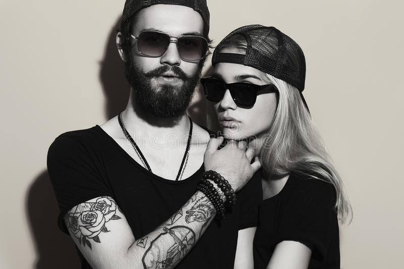 Monokrom stående av härliga par tillsammans TatueringHipsterpojke och gir fotografering för bildbyråer