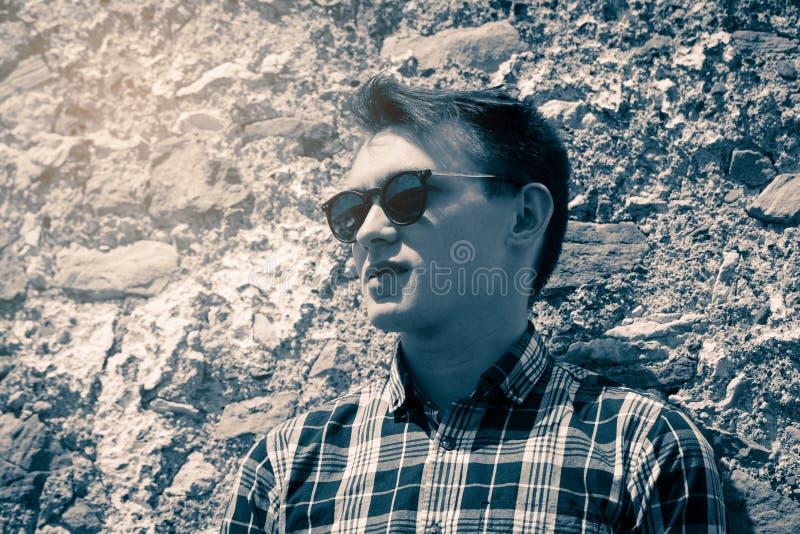 Monokrom stående för tappning av den unga mannen i solglasögon arkivbilder