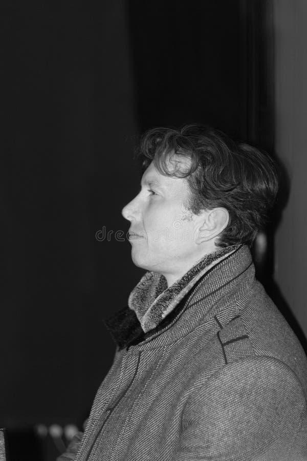 Monokrom stående för ung man i profil royaltyfri foto