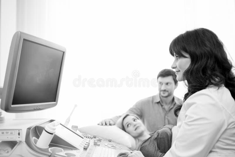Monokromskott av ett älska gravid par på sjukhuset royaltyfria bilder