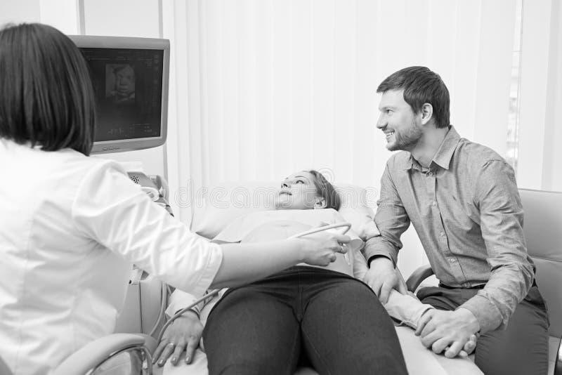 Monokromskott av ett älska gravid par på sjukhuset royaltyfri foto