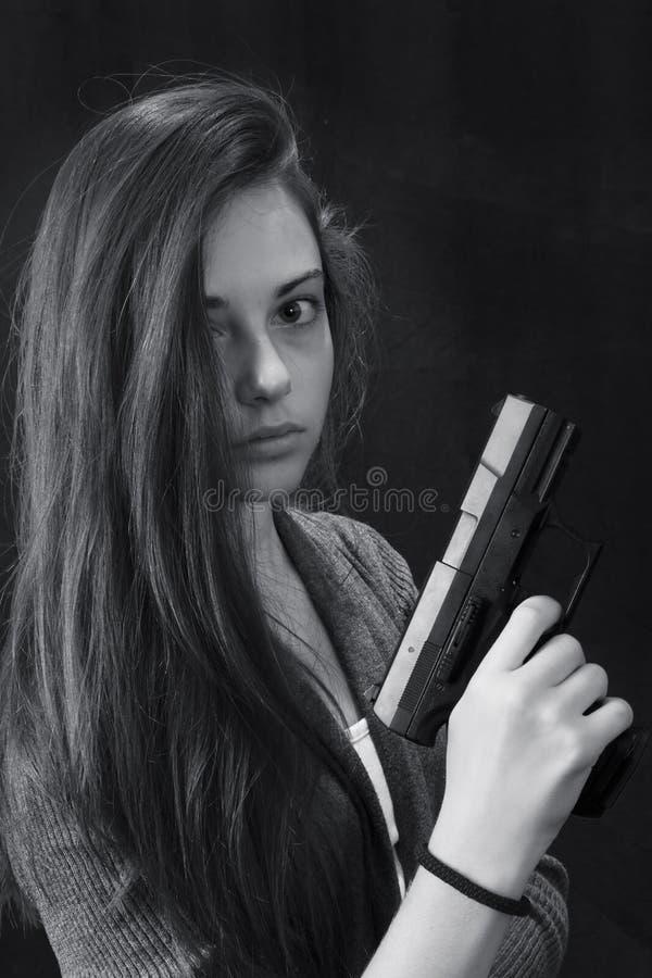 Monokromt slut upp den emotionella ståenden av den unga härliga flickan royaltyfri fotografi