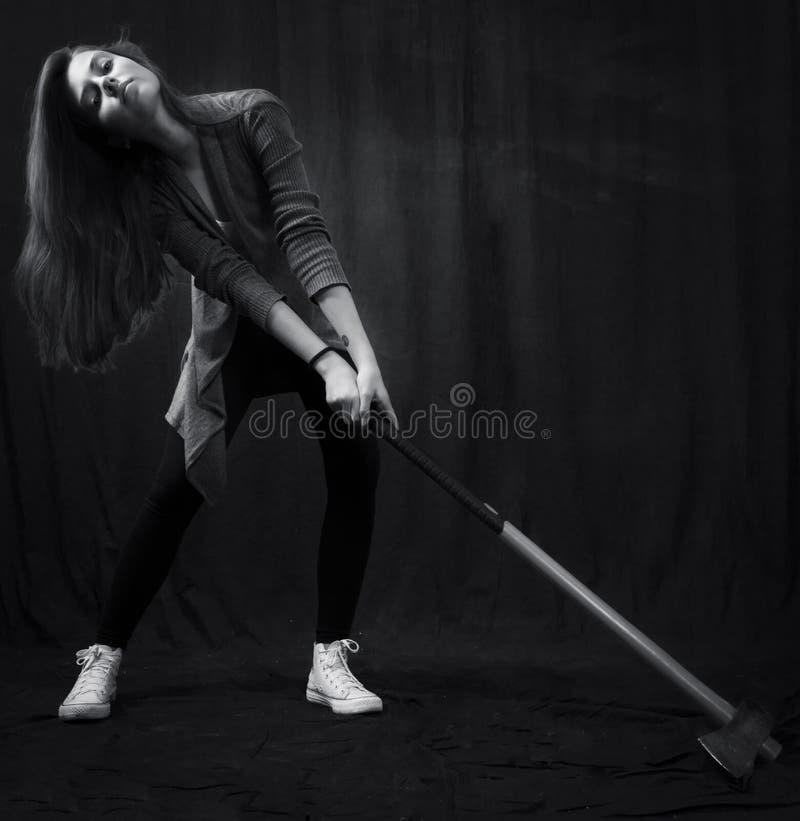 Monokromt slut upp den emotionella ståenden av den unga härliga flickan fotografering för bildbyråer