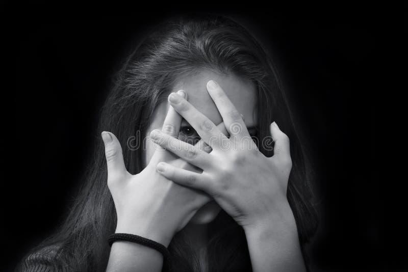 Monokromt slut upp ståenden av den unga härliga flickan arkivfoton