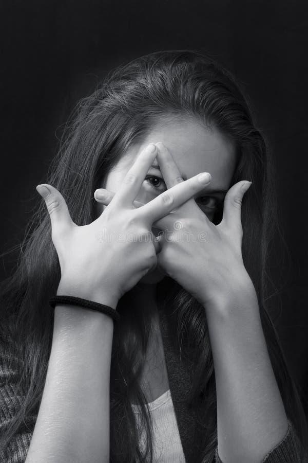 Monokromt slut upp ståenden av den unga härliga flickan royaltyfri fotografi