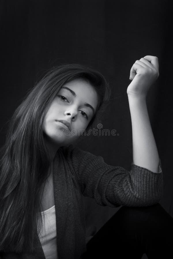 Monokromt slut upp ståenden av den unga härliga flickan arkivbilder