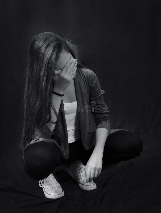 Monokromt slut upp ståenden av ungt härligt flickasammanträde arkivfoto