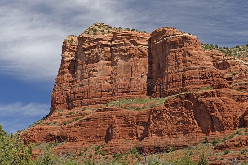 Monolithe rouge de roche dans le désert images stock