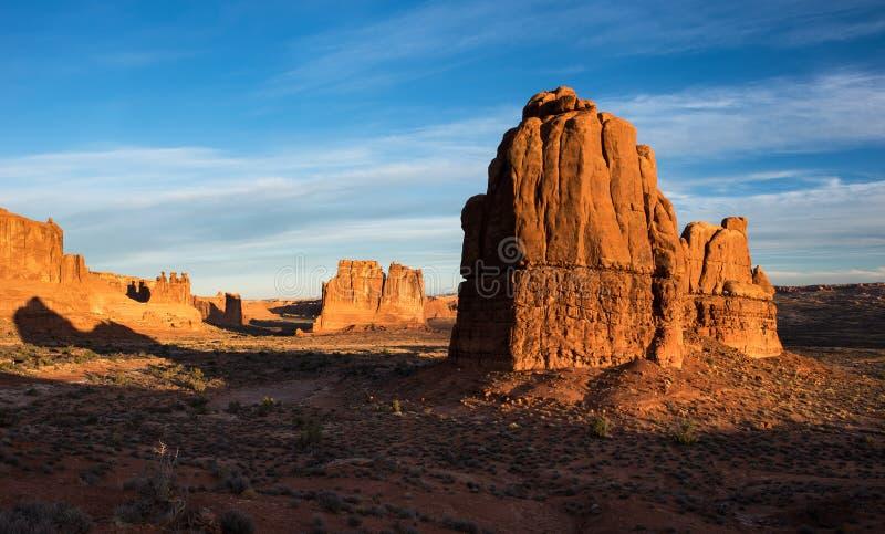 Monolithes dans la première lumière de matin d'automne des voûtes parc national, Utah images libres de droits