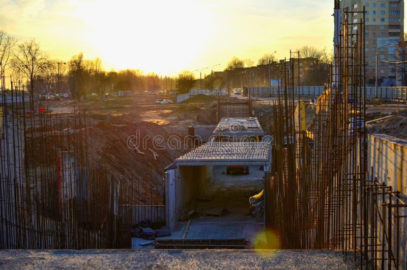 Monolithische betonconstructie in de stichtingskuil tijdens de bouw van een nieuwe ondergrondse voetgangersoversteekplaats royalty-vrije stock foto's