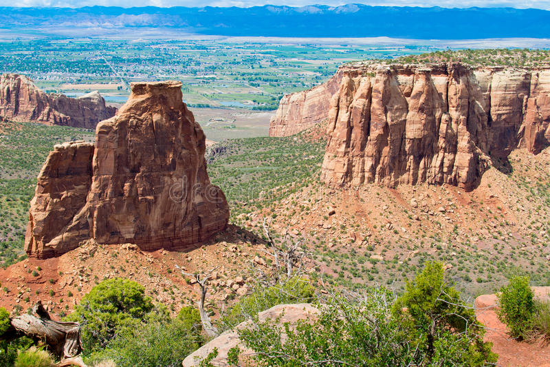 Monoliti torreggianti in monumento nazionale di Colorado fotografia stock