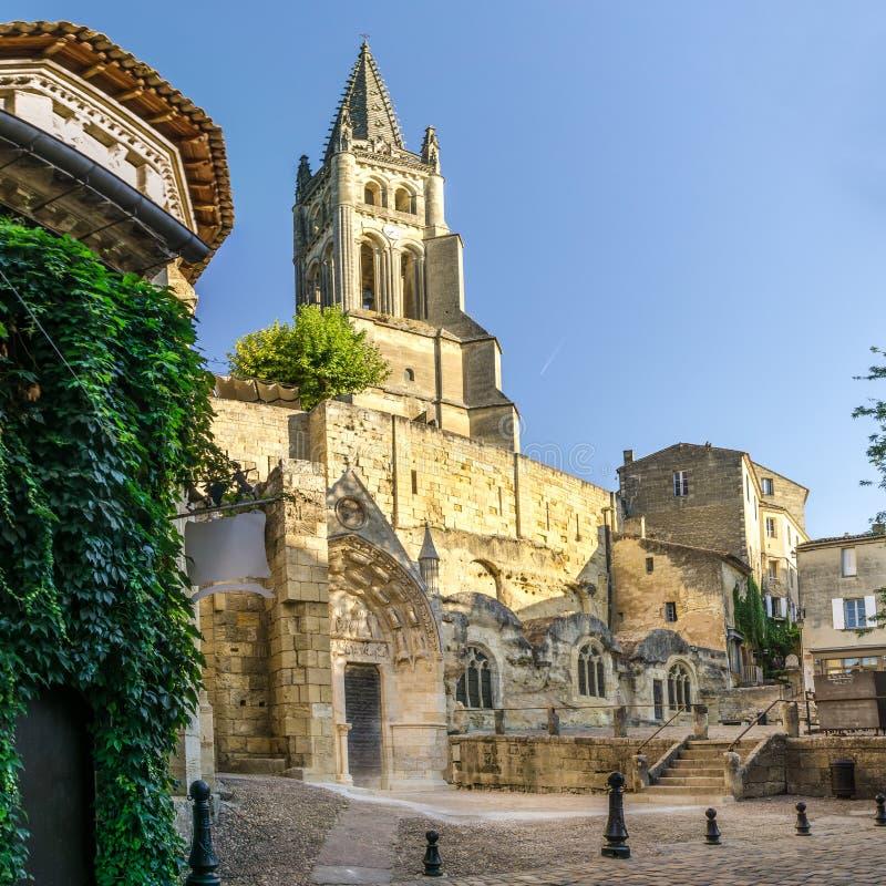 Monolitiskt kyrka- och Klocka torn av Saint Emilion royaltyfria foton