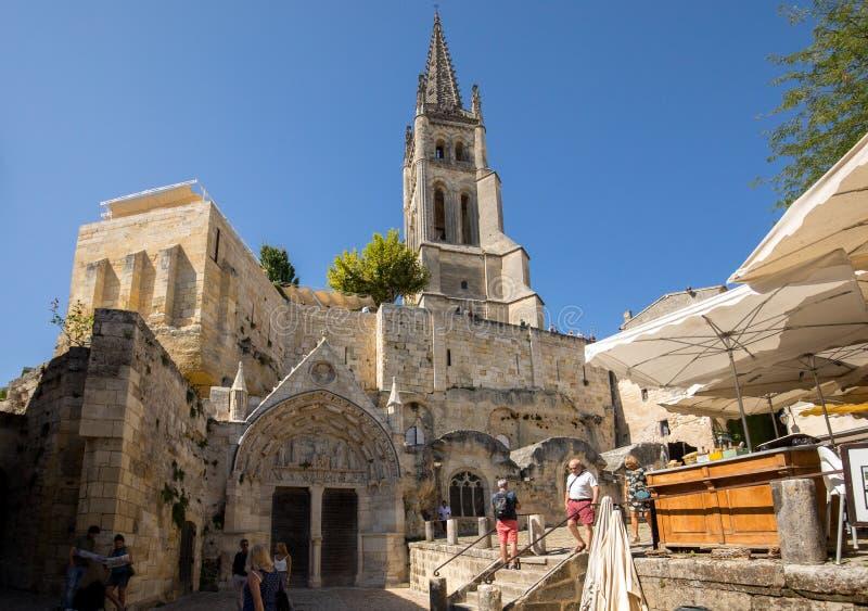 Monolitiskt kyrka- och Klocka torn i Saint Emilion france royaltyfri foto