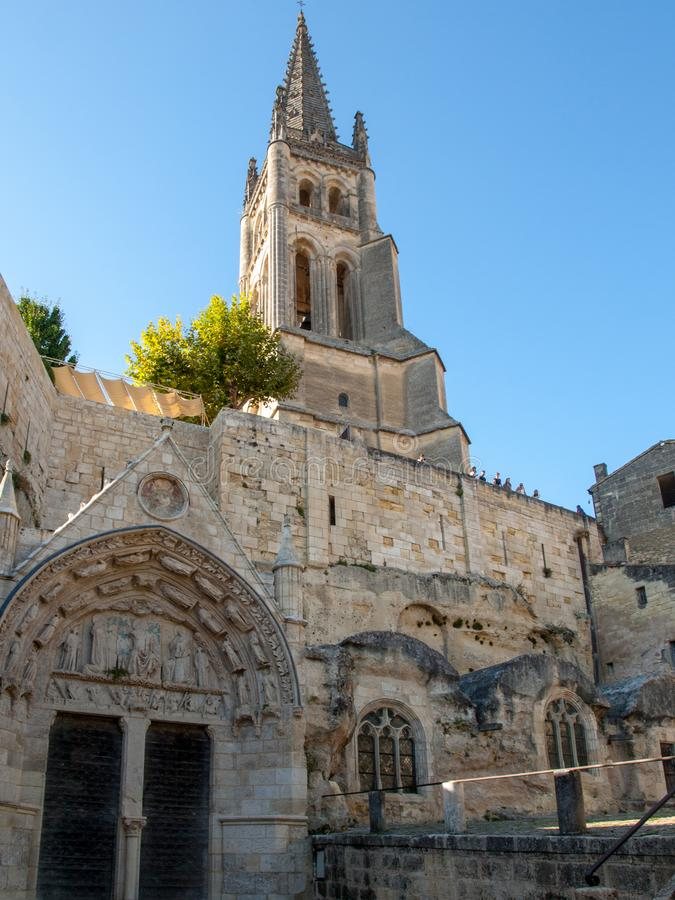 Monolitiskt kyrka- och Klocka torn i Saint Emilion france arkivbild
