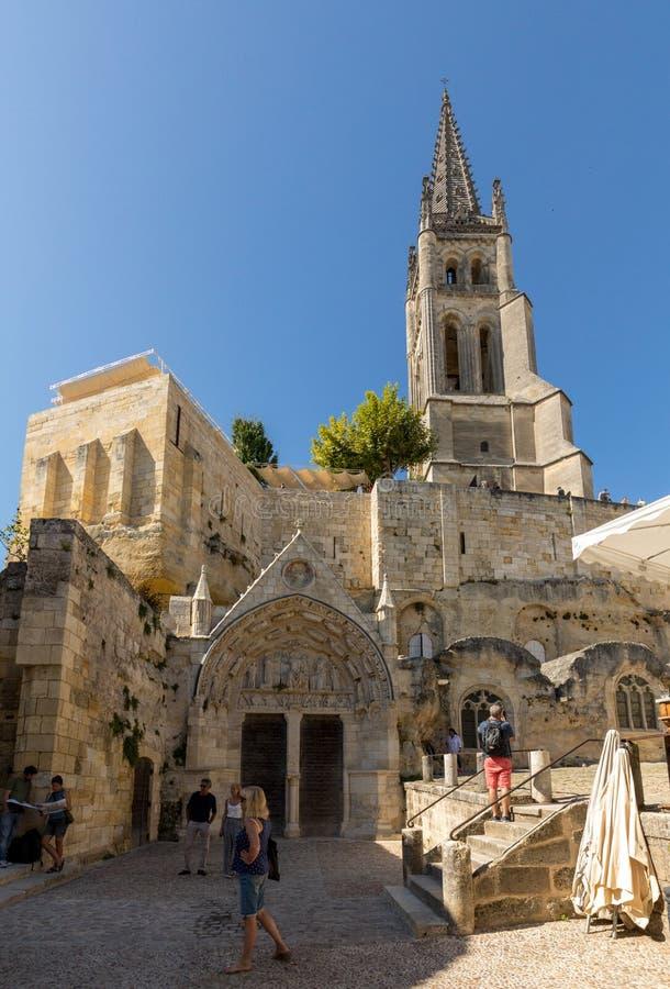Monolitiskt kyrka- och Klocka torn i Saint Emilion france St Emilion ?r den franska byn som ?r ber?md f?r det utm?rkta r?da vinet royaltyfri foto