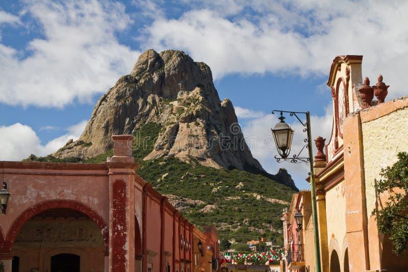 Monolito e città di Bernal fotografia stock libera da diritti
