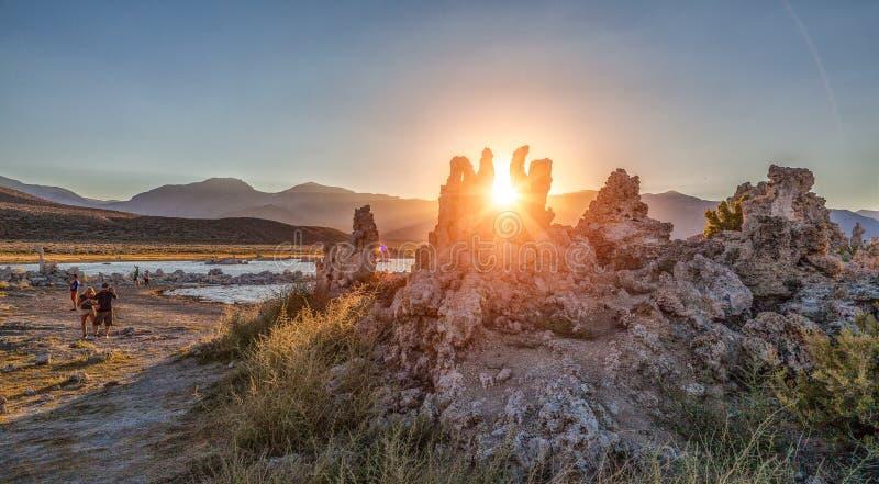 Monomeerpanorama met tufa rotsen bij zonsondergang, Californi?, de V.S. royalty-vrije stock foto