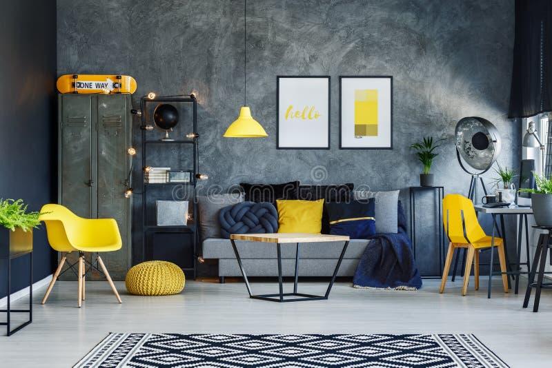 Monopatín anaranjado en sala de estar fotografía de archivo libre de regalías