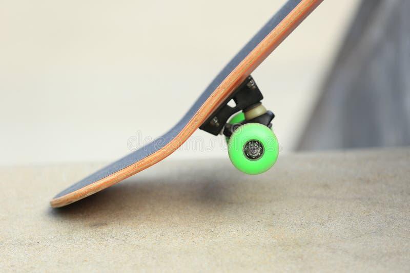 Download Monopatín en el skatepark foto de archivo. Imagen de ruedas - 64206616