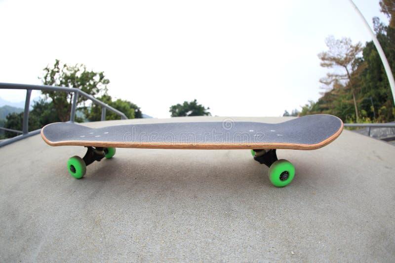 Download Monopatín en skatepark foto de archivo. Imagen de parque - 64206360