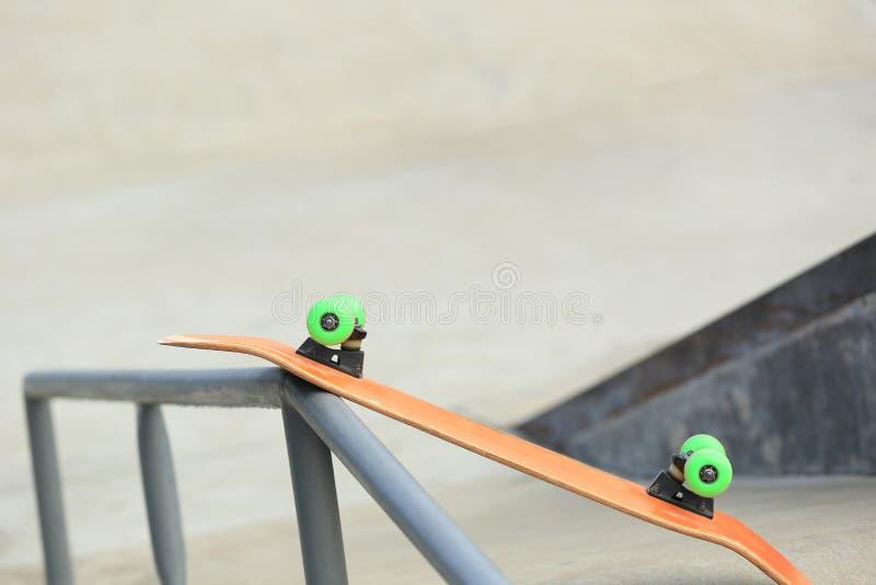 Download Monopatín en skatepark foto de archivo. Imagen de verde - 64206468