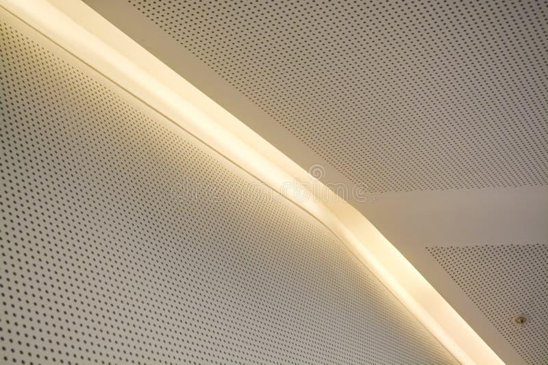 Monophonic bakgrund eller bakgrund i form av en vit beläggning med belysning och kulor Geometri av linjer och minimalism royaltyfri foto