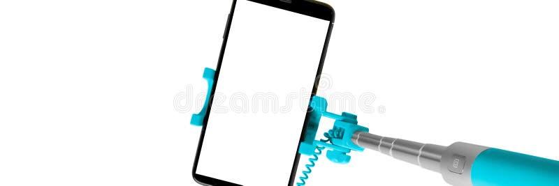 Monopod voor selfie met slimme telefoon Selfiestok met smartphone op witte achtergrond, banner wordt geïsoleerd die stock afbeelding