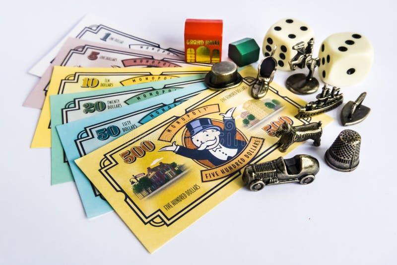 Monopolbrädelek - pengar, tecken, tärnar och huset royaltyfri fotografi