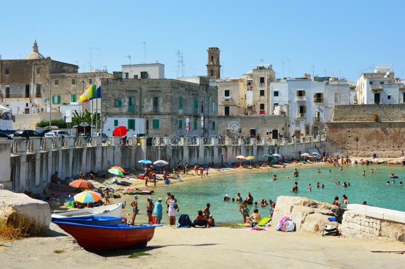 MONOPOLI, ITALIE - 4 AOÛT 2017 : les gens l'été de plage sur la Mer Adriatique, Monopoli, Italie photographie stock libre de droits