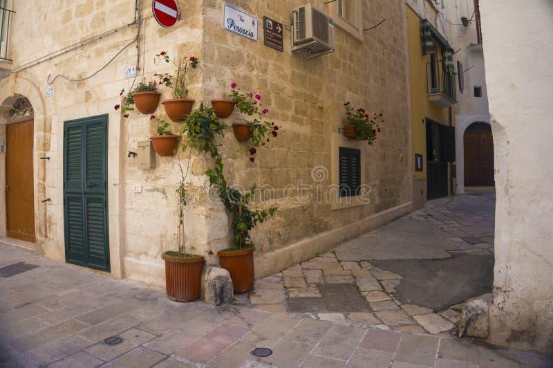 Monopoli, Puglia, Itália - aleia bonita imagem de stock royalty free