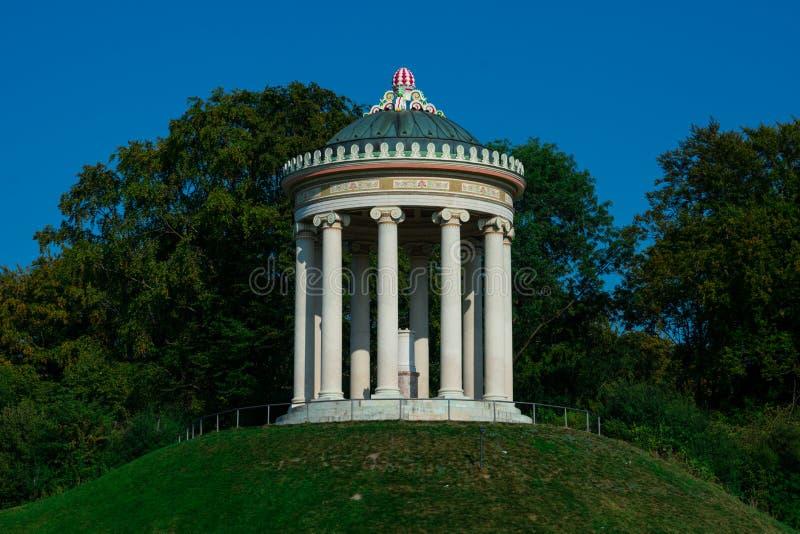 Monopteros, un tempio greco di stile immagine stock libera da diritti
