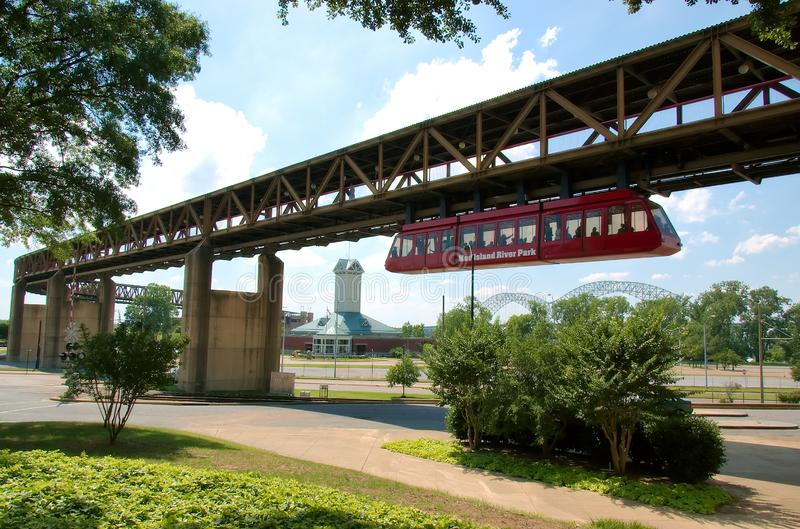 Monorail qui relie la ville au parc du fleuve Mississippi photographie stock libre de droits
