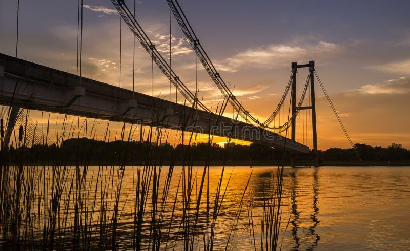 Monorailhangbrug in Putrajaya, Maleisië tijdens zonsondergang stock afbeelding