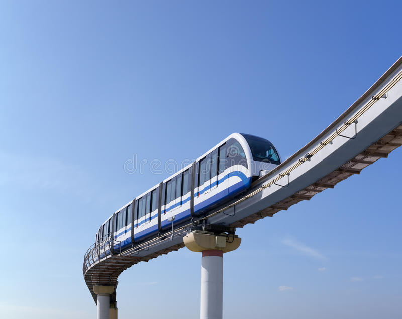 Monorailtrein tegen hemel royalty-vrije stock foto