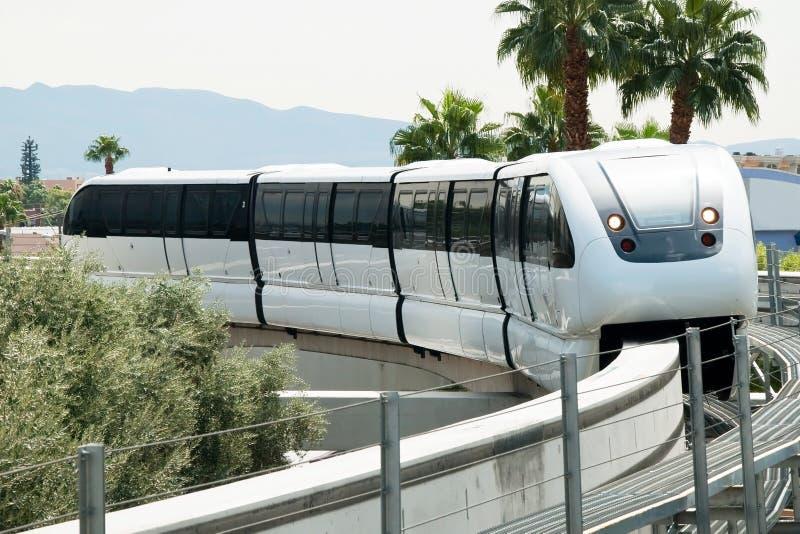 Monorrail que llega a la estación en la tira de Las Vegas imagen de archivo