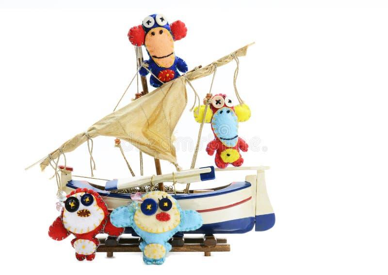 Monos del fieltro en la nave fotografía de archivo libre de regalías