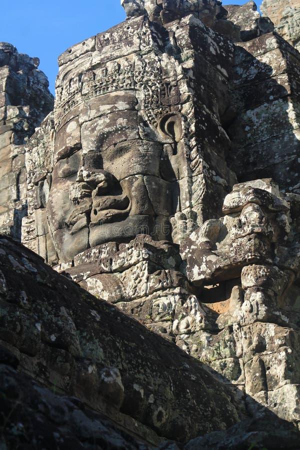 Monos y templos. Camboya. Imagen de un templo de Angkor. Una imagen donde se ve el trabajo en piedra de una diosa stock photography