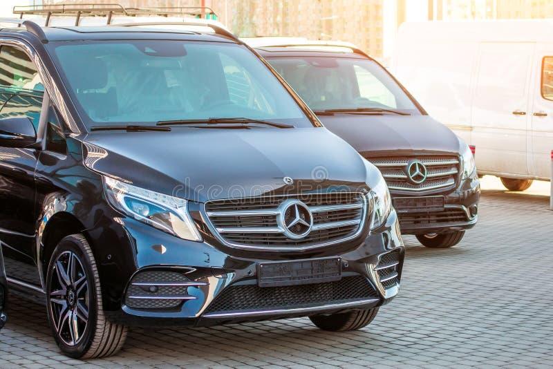 Monospace de luxe noir de Mercedes-Benz du fourgon deux La Russie, St Petersburg 14 avril 2018 images libres de droits
