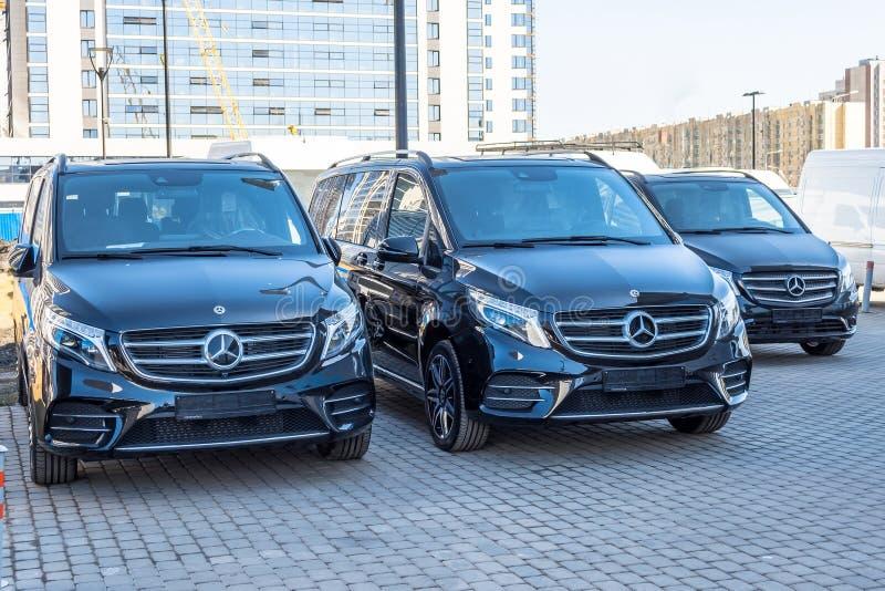 Monospace de luxe noir de Mercedes-Benz du fourgon trois La Russie, St Petersburg 14 avril 2018 photographie stock libre de droits