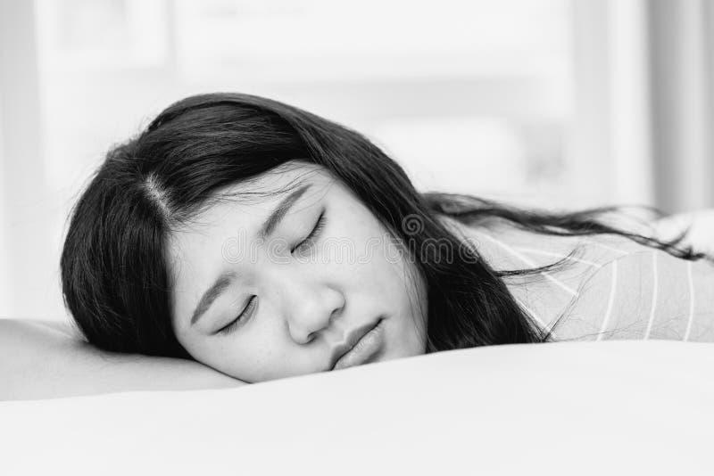 Monotone предназначенный для подростков спать черно-белое стоковые фото